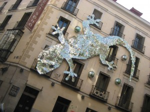 A salamander on a building, made with cds!